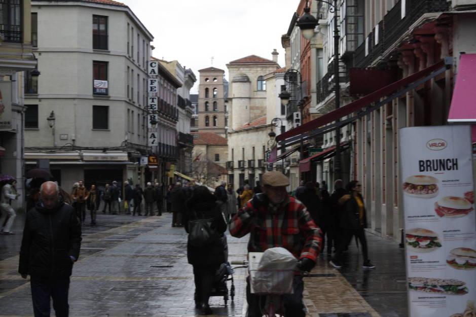 La calle Ancha de León, el epicentro del casco antiguo. (Foto: Héctor G. Barnés)